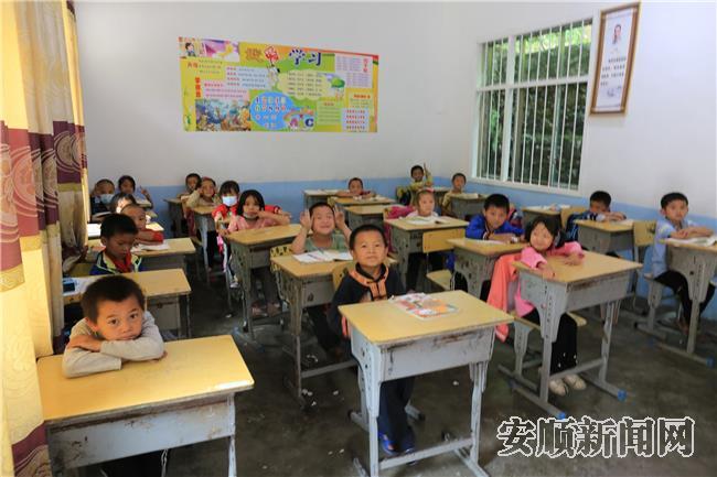 竹林小学的一、二年级学生们.jpg