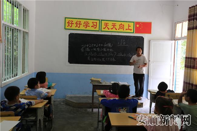 杨小王杨老师正在上数学课2.jpg