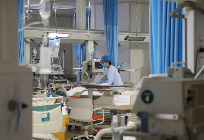 市人民医院医护人员正查看病人病情1.jpg