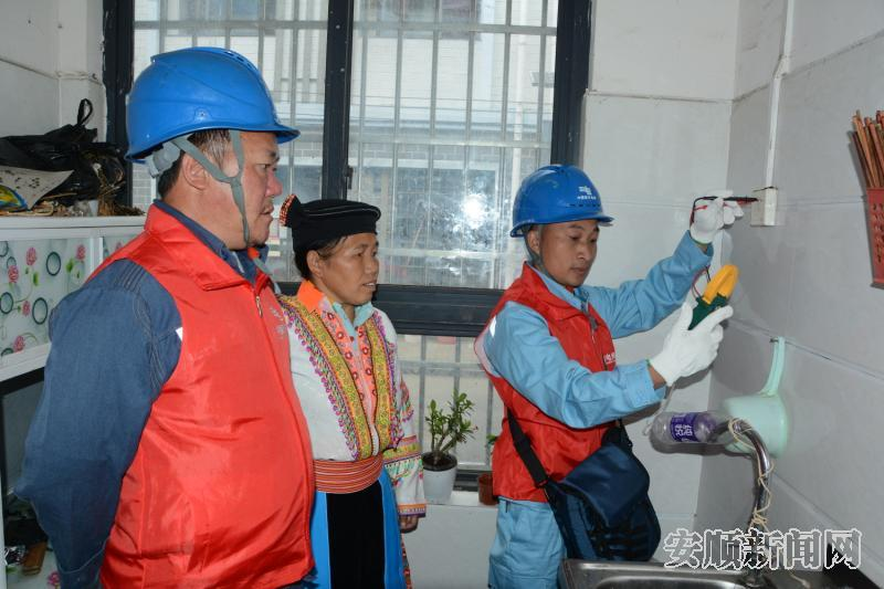 紫云供电局党员服务队在白花安置点白惠社区开展上门服务。.jpg