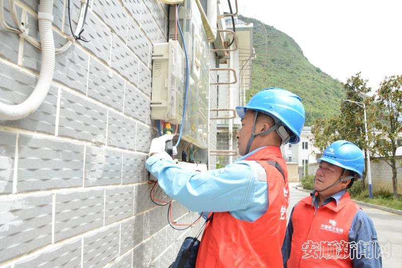 紫云供电局党员服务队在白花安置点白惠社区检查用电情况。.jpg