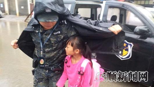 特警队员用雨衣为学生遮风挡雨.jpg