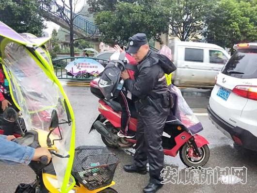 特警队员抱学生快速下车.jpg