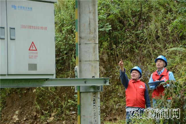 紫云供电局党员突击队员工巡视配电变压器.jpg