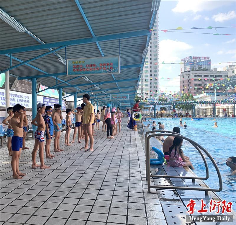 @衡阳家长,儿童扎堆泳池解暑,家长最好陪同入水