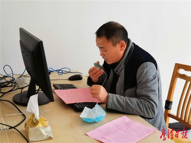 二中副校长 熊新军在演播室为学生上开学第一课.jpg