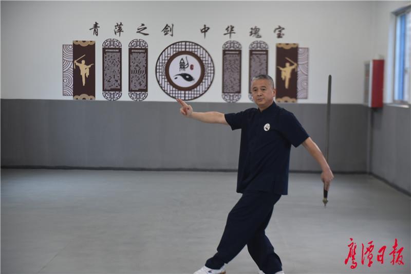 鹰潭市青萍剑协会的主教练吴要兵演练龙虎山青萍剑精要24式 (3).JPG