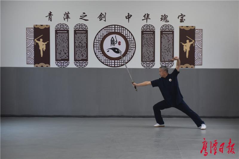 鹰潭市青萍剑协会的主教练吴要兵演练龙虎山青萍剑精要24式 (2).JPG